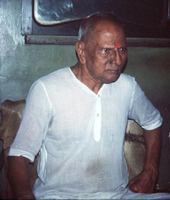 maharaj-staring