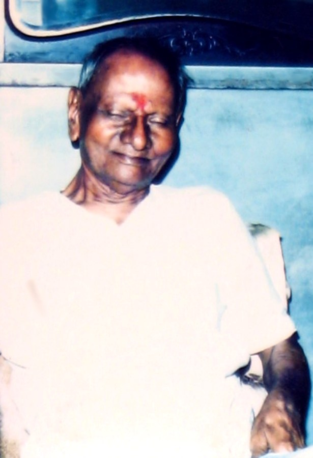 nisargadatta-maharaj-seated-and-smiling